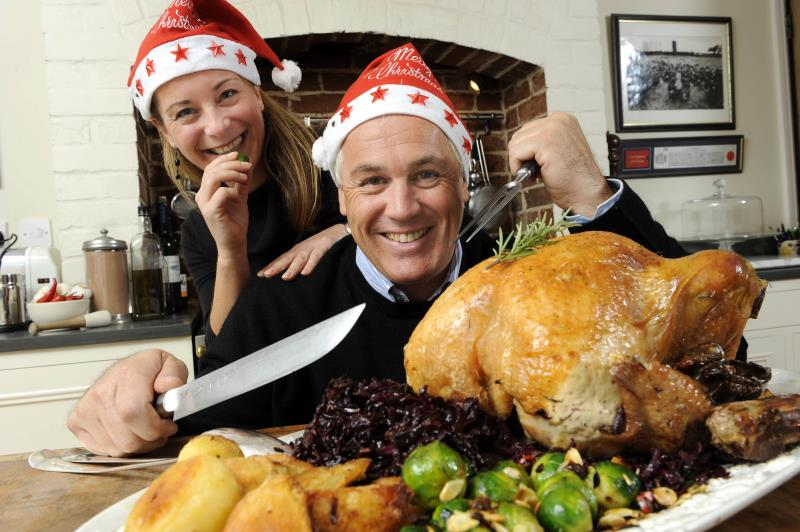 Paul Kelly carving turkey_7351