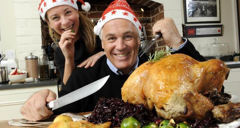 Paul Kelly carving turkey_7351