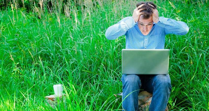 失望的农民使用笔记本电脑_27383