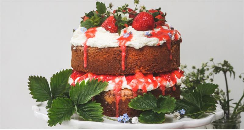 Midsummer layer cake with strawberries and elderflower cream