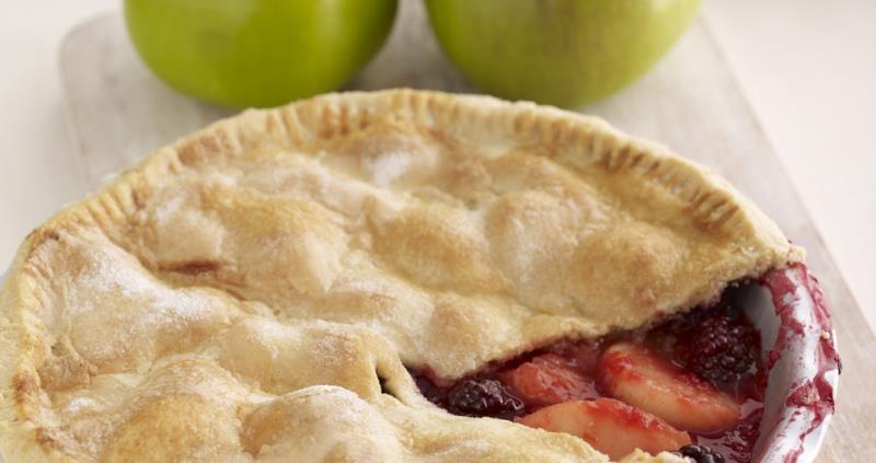 Bramley apple and blackberry pie_37510