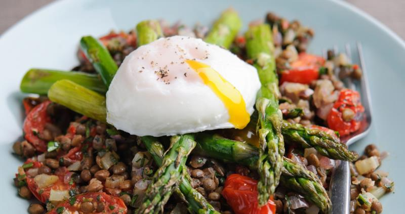 Warm British asparagus and lentil salad with poached eggs_43662