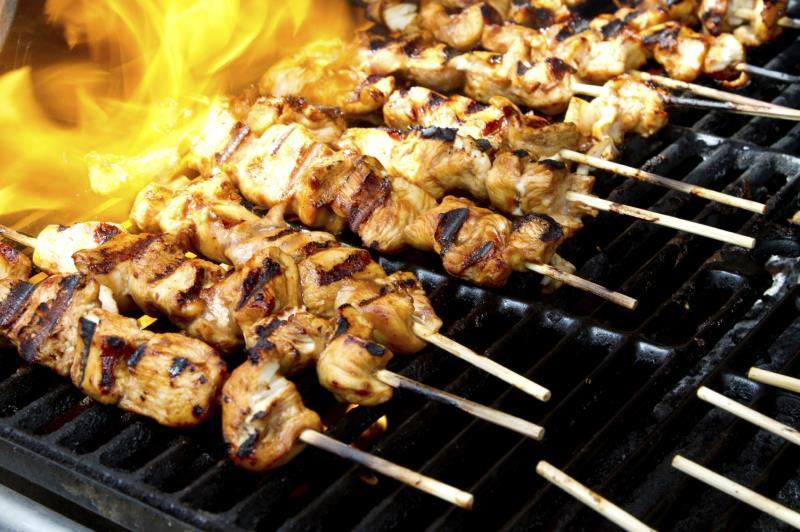 barbequeing chicken kebabs_11270
