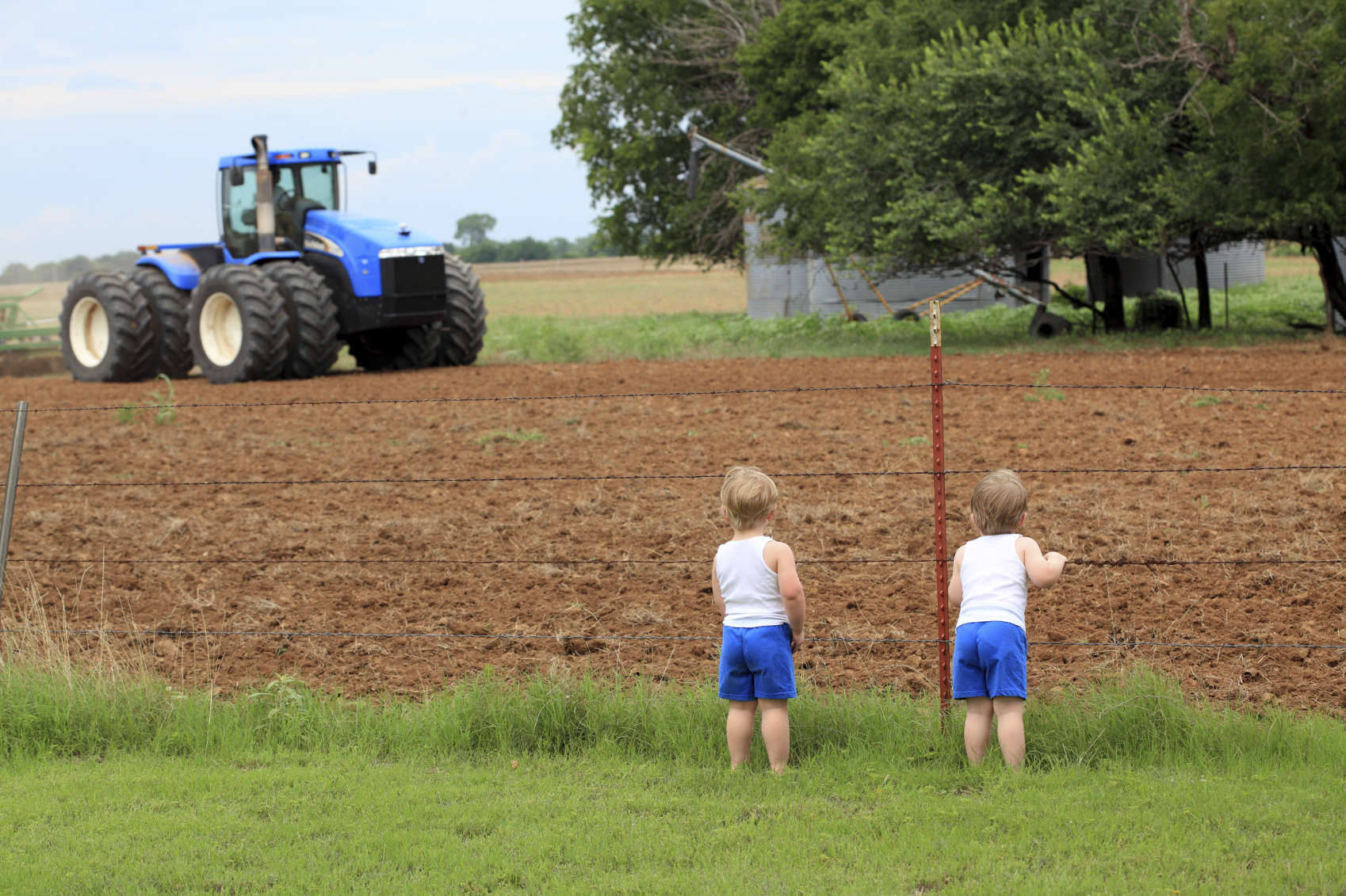 Children watching tractor_7630