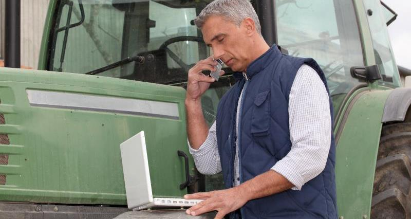 Farmer with laptop_28360
