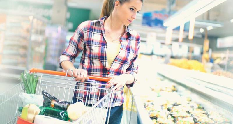 Woman shopping in supermarket_37802