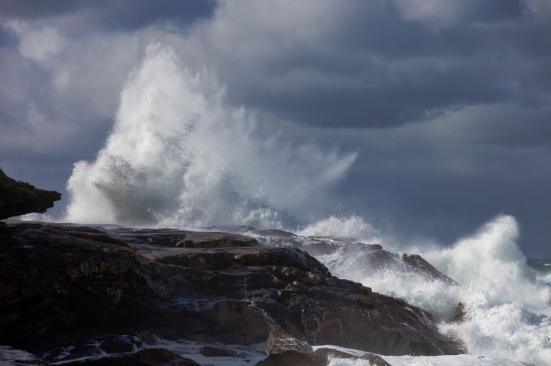 Storm waves crashing on land_19434