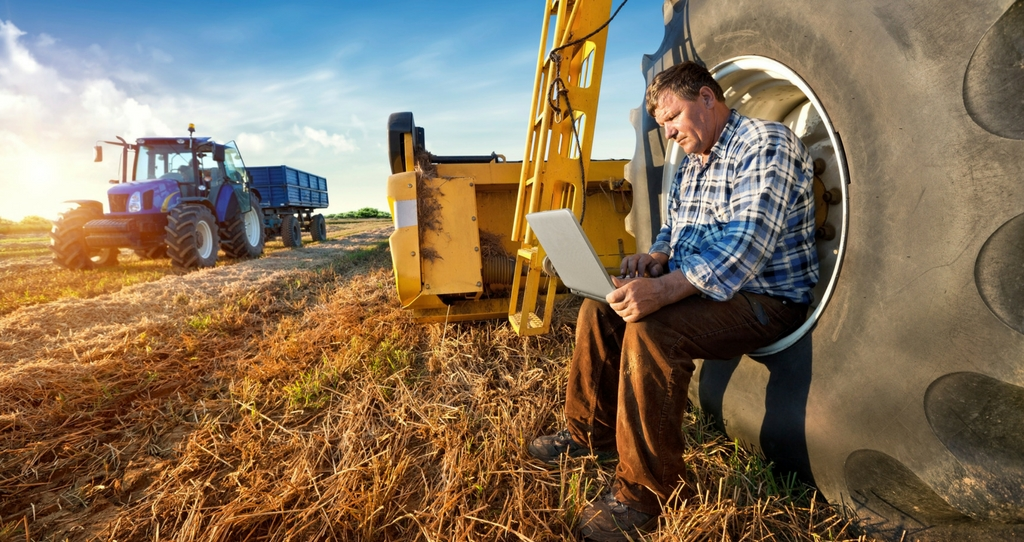farmer using laptop, resized for Cymru website_50128
